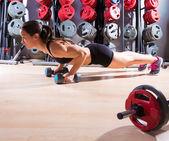 Kobieta pompki hantle trening sprawnościowy — Zdjęcie stockowe