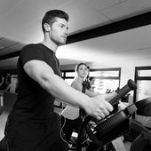 Aerobics elliptical walker trainer group at gym — Stock Photo