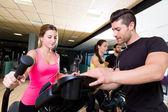 Aerobics elliptical walker trainer personal trainer — Stock Photo