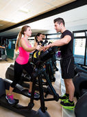 Aerobics elliptical walker trainer personal trainer — Stock Photo