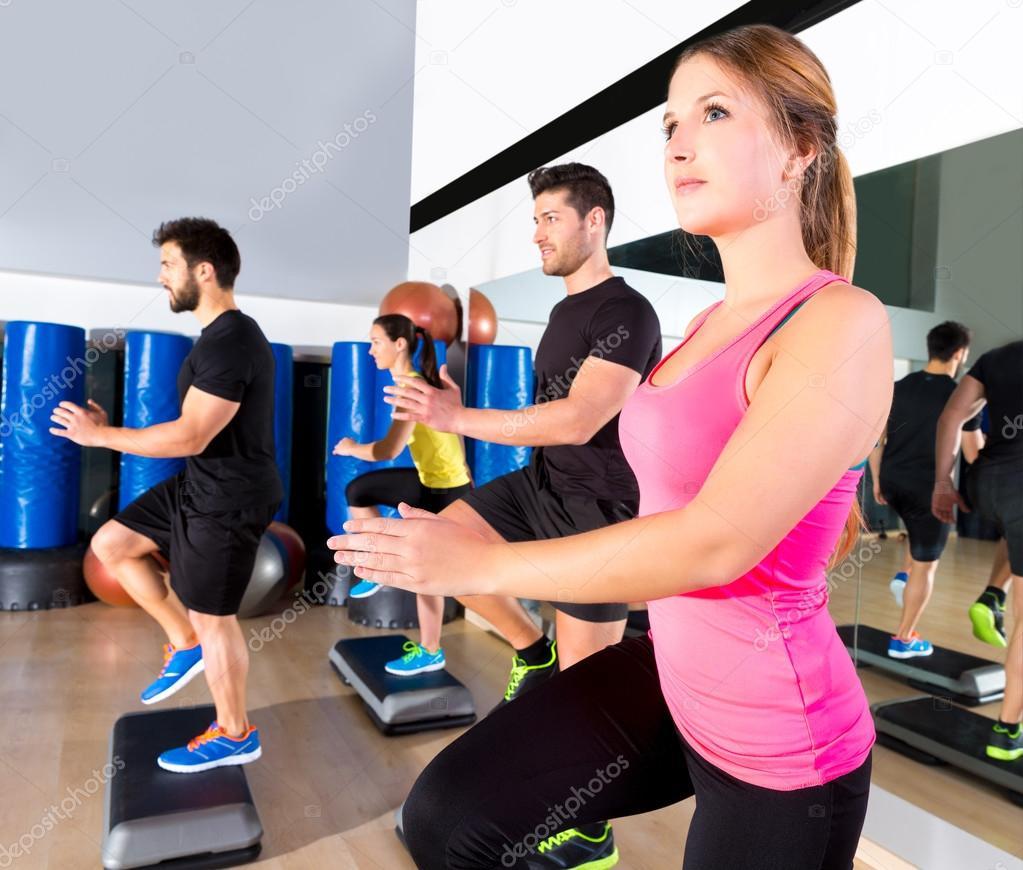 Grupo de danza paso de cardio en el entrenamiento de for Gimnasio el gym