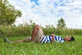 Porträtt av en söt liten indisk pojke ser att himlen — Stockfoto