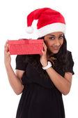 年轻的非洲裔美国女人,持有礼品盒 — 图库照片