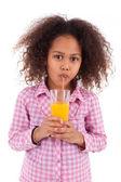 Chica asiática africana beber jugo de naranja — Foto de Stock