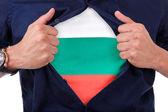 Ventilatore sport giovane aprendo la camicia e mostrando la bandiera suo conteggio — Foto Stock