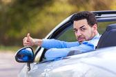 Jonge zwarte Latijns-Amerikaanse bestuurder duimen strop — Stockfoto