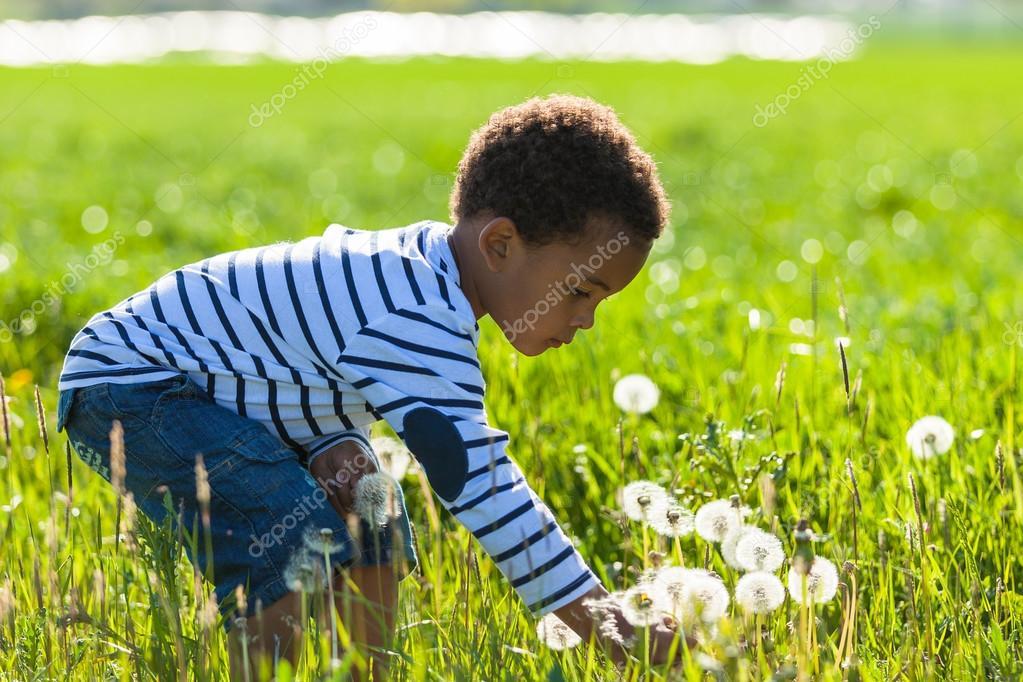 可爱的非洲裔美国小男孩玩户外-黑色的人