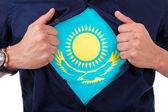 Junge sport-fan sein hemd zu öffnen und flaggezeigen anzahl seiner — Stockfoto