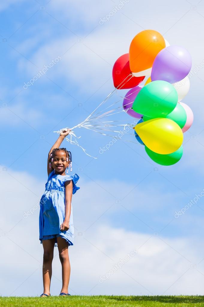 一个可爱年轻黑人小姑娘玩的室外肖像