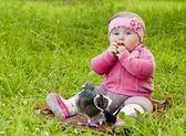 Bebê na grama — Foto Stock