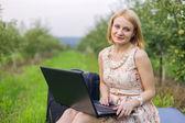 Meisje met laptop over de aard — Stockfoto