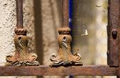 Zardzewiały żelazną bramą — Zdjęcie stockowe