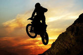 Mototsyklist to jump off a cliff — Stock Photo