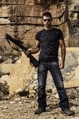 Man met een jachtgeweer — Stockfoto