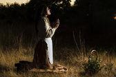 Classique fille priant sur la campagne — Photo