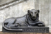 Zwart marmeren leeuw standbeeld — Stockfoto