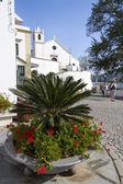 Kentsel plaza ve kilise alcoutim kenti — Stok fotoğraf