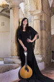 Mujer hermosa cantante e intérprete — Foto de Stock
