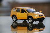 желтый миниатюрная игрушка автомобиль — Стоковое фото