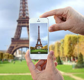 Taking picture of eiffel tower — Stock Photo