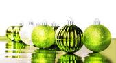 Яркий зеленый Рождество безделушки на белом фоне с пространством для текста — Стоковое фото