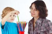 Petit garçon avec la jeune mère avec des crayons de couleur sur fond blanc — Photo