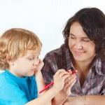 Mutter lehrt ihr Kind mit Farbstiften zeichnen — Stockfoto