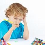 blonde Junge zeichnet mit Farbstiften — Stockfoto