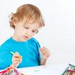 süße junge zeichnet mit Farbstiften — Stockfoto