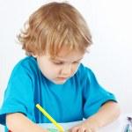 kleines Kind zeichnet mit Farbstiften — Stockfoto