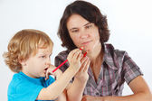 Young mother teaches her child to draw with pencils — Stock Photo