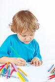 ładny blond chłopiec rysuje z kredki — Zdjęcie stockowe