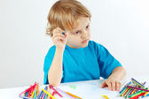 Petit enfant mignon dessine avec des crayons de couleur — Photo