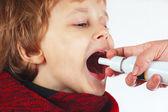 Ragazzino usato medico spray per l'alito — Foto Stock