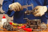 Mecânico de peças do motor na oficina de reparação — Foto Stock