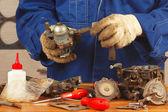 Mecânico consertando a bomba de combustível de motor de carro velho — Fotografia Stock