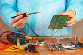 Master solder electronic board of device in service workshop — Foto Stock