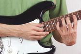Haltungs-hände von rock-gitarristen spielen die e-gitarre — Stockfoto