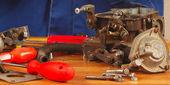 Narzędzia i części do silników w miejscu pracy serwisant samochodowych — Zdjęcie stockowe