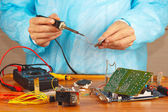 Soldering electronic hardware in service workshop — Foto Stock