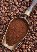 Vintage scoop med kaffe på kaffebönor — Stockfoto