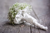 Wedding bouquet and rings. — Stock Photo