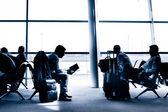 Mensen reizen op luchthaven silhouetten — Stockfoto