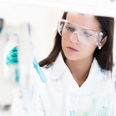 Jovem químico em laboratório. — Fotografia Stock