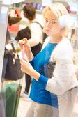 Woman buying nail polish in perfumery. — Foto Stock