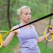 Formación con correas de fitness al aire libre. — Foto de Stock