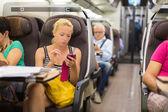 Bayan Smartphone kullanarak tren ile seyahat. — Stok fotoğraf