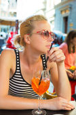 Woman with cocktail in street cafe. — Stock Photo