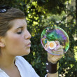 Young girl blowing bubbles — Stock fotografie