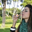 Young girl blowing bubbles — Stockfoto